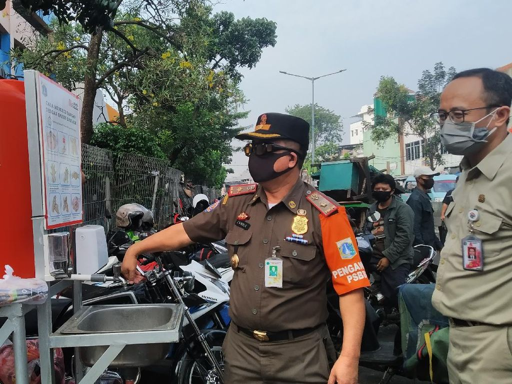 ASN Patroli di Pasar Minggu, Tegur Pedagang yang Tak Pakai Masker