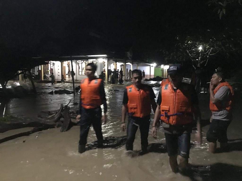 Banjir Bandang Terjang Sulsel, Polisi: Suli Masih Setinggi Lutut