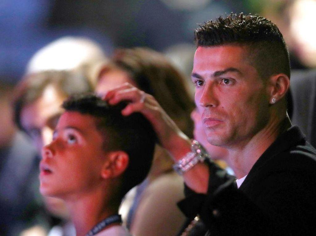Cristiano Ronaldo Pernah Marahi Anak karena Minum Coca-Cola & Fanta!
