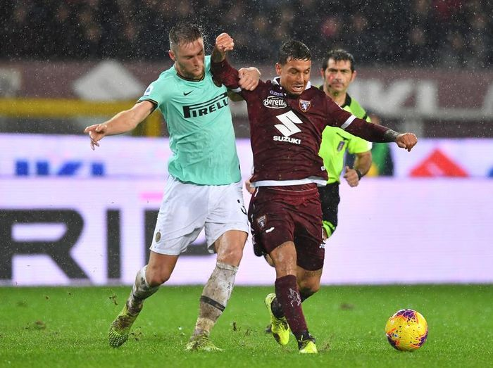 TURIN, ITALY - NOVEMBER 23:  Armando Izzo (R) of Torino FC is challenged by Milan Skriniar of FC Internazionale during the Serie A match between Torino FC and FC Internazionale at Stadio Olimpico di Torino on November 23, 2019 in Turin, Italy.  (Photo by Valerio Pennicino/Getty Images)