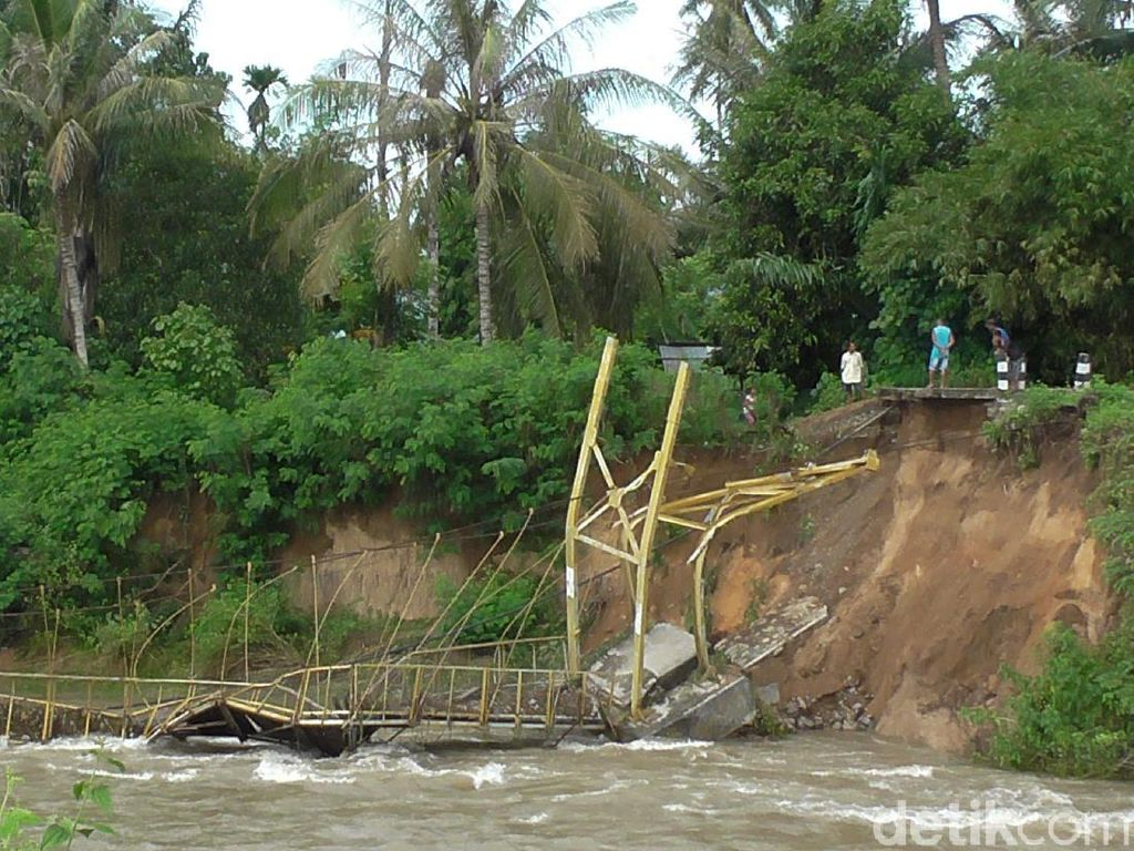 Abrasi Sungai, Jembatan Gantung Penghubung 2 Kecamatan di Gorontalo Ambruk