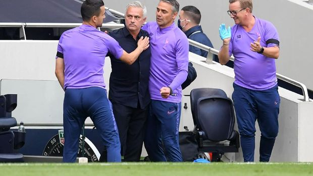 LONDON, ENGLAND - JULY 12: Jose Mourinho, Manager of Tottenham Hotspur celebrates with his bench after the Premier League match between Tottenham Hotspur and Arsenal FC at Tottenham Hotspur Stadium on July 12, 2020 in London, England. Football Stadiums around Europe remain empty due to the Coronavirus Pandemic as Government social distancing laws prohibit fans inside venues resulting in all fixtures being played behind closed doors. (Photo by Michael Regan/Getty Images)