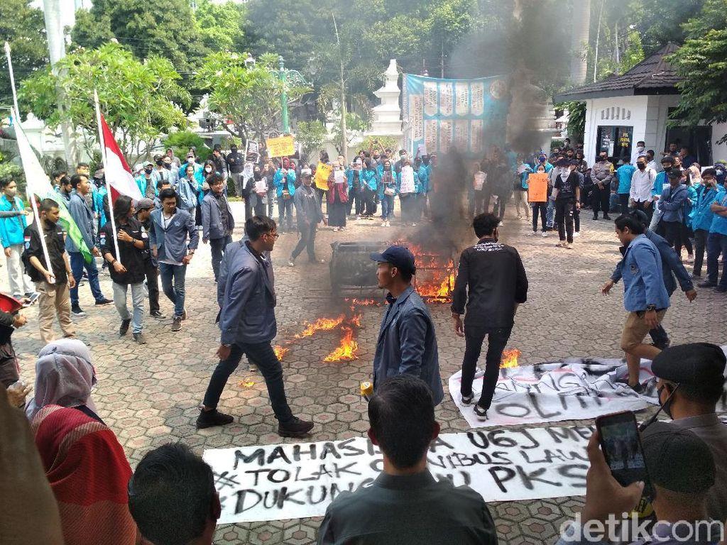 Bakar Kerenda, Mahasiswa Cirebon Demo Tuntut RUU PKS Segera Disahkan