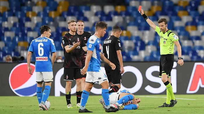 NAPLES, ITALY - JULY 12: Referee Federico La Penna shows red card to Alexis Saelemaekers of AC Milan during the Serie A match between SSC Napoli and  AC Milan at Stadio San Paolo on July 12, 2020 in Naples, Italy. (Photo by Francesco Pecoraro/Getty Images)