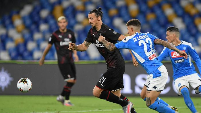 NAPLES, ITALY - JULY 12: Zlatan Ibrahimovic of AC Milan vies with Giovanni Di Lorenzo of SSC Napoli during the Serie A match between SSC Napoli and  AC Milan at Stadio San Paolo on July 12, 2020 in Naples, Italy. (Photo by Francesco Pecoraro/Getty Images)