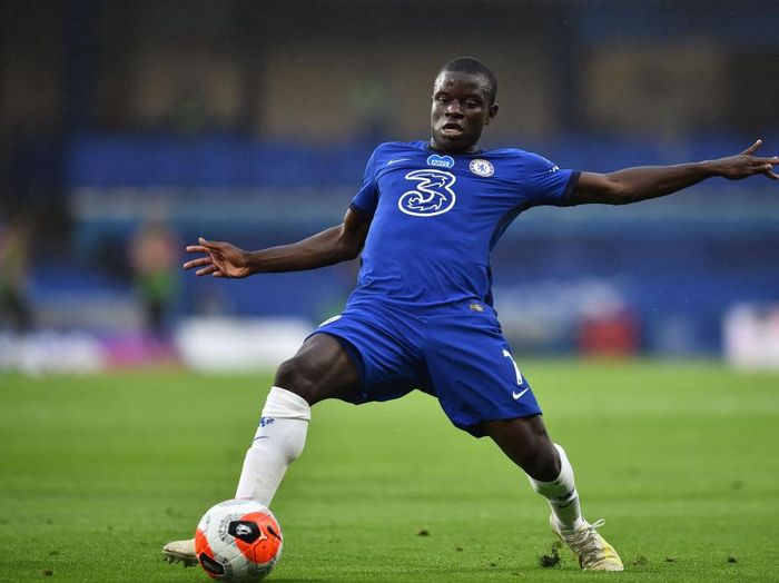 LONDON, ENGLAND - JULY 04: NGolo Kante of Chelsea controls the ball during the Premier League match between Chelsea FC and Watford FC at Stamford Bridge on July 04, 2020 in London, England. Football Stadiums around Europe remain empty due to the Coronavirus Pandemic as Government social distancing laws prohibit fans inside venues resulting in all fixtures being played behind closed doors. (Photo by Glyn Kirk/Pool via Getty Images)