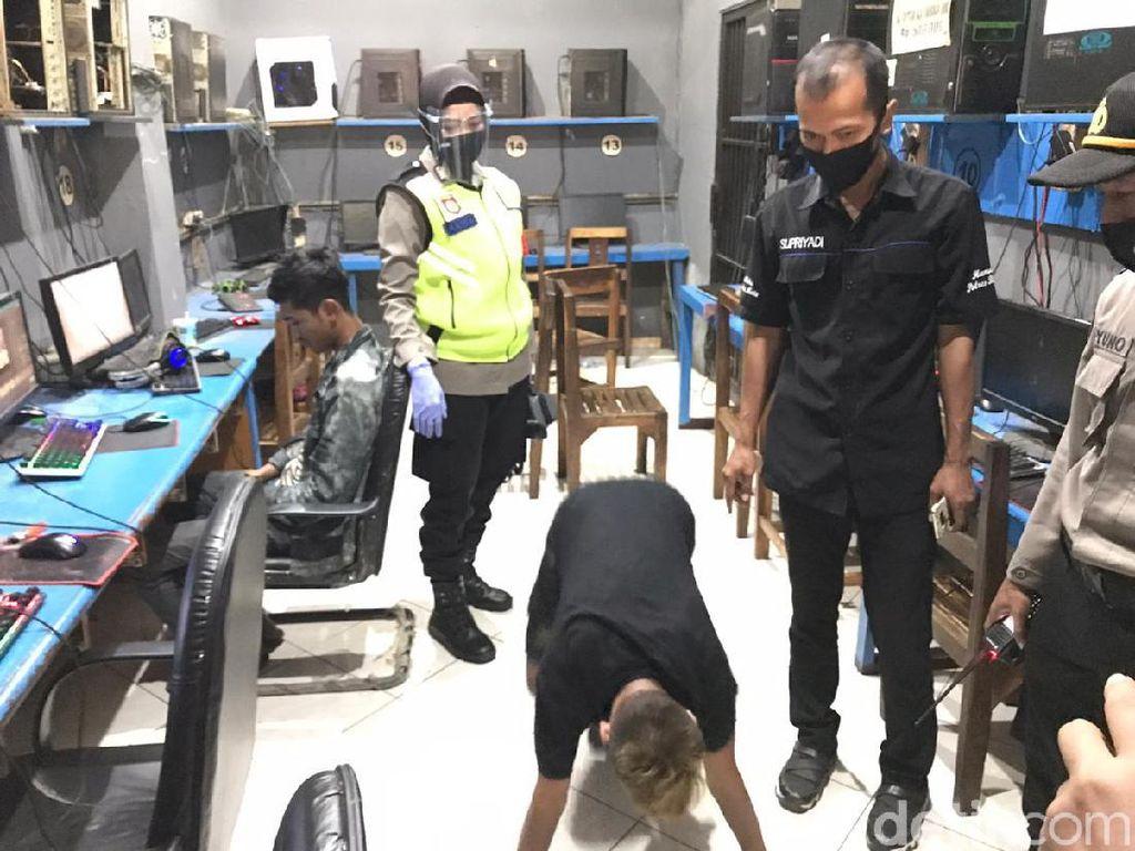 Tak Pake Masker, Pengunjung Warnet di Kota Blitar Dihukum Push Up