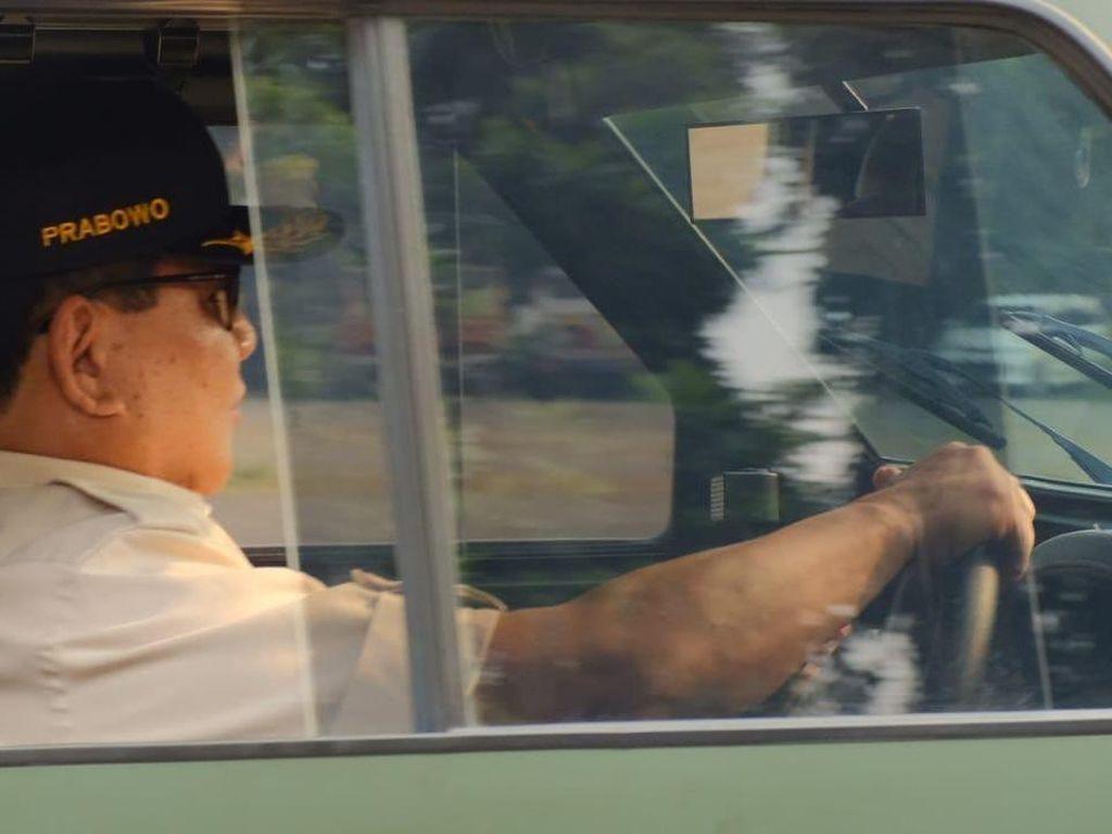 Gaya Menhan Prabowo Jajal Kendaraan Taktis Maung