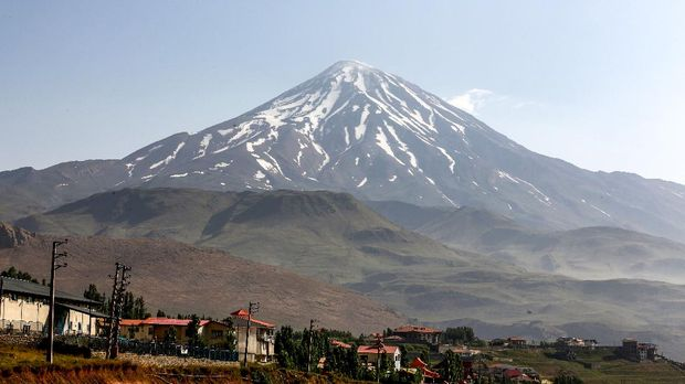 This picture taken on July 7, 2019 shows a view of the summit Mount Damavand, Iran's highest peak and a potentially-active strato-volcano, in the country's northern Mazandaran province. - UNESCO's World Heritage Committee voted on July 5 to add Iran's Hyrcanian forests to its World Heritage List, praising the area for its