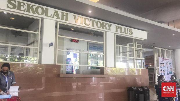 Situasi sekolah Victory Plus Bekasi, Jawa Barat yang menggelar kegiatan pembelajaran secara tatap muka saat tahun ajaran baru, Senin (12/7).