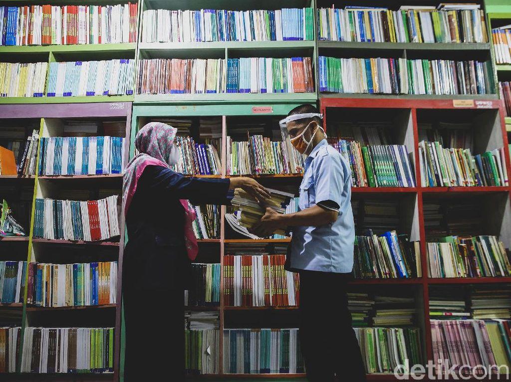 SMPN 153 Jakarta Bagi-bagi Buku Pelajaran di Masa MPLS