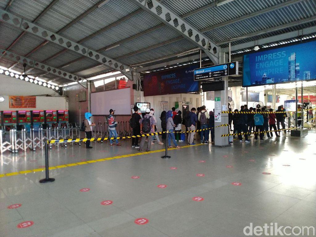 Video Antrean Mengular di Stasiun KRL Bogor, Bus Gratis Dioperasikan