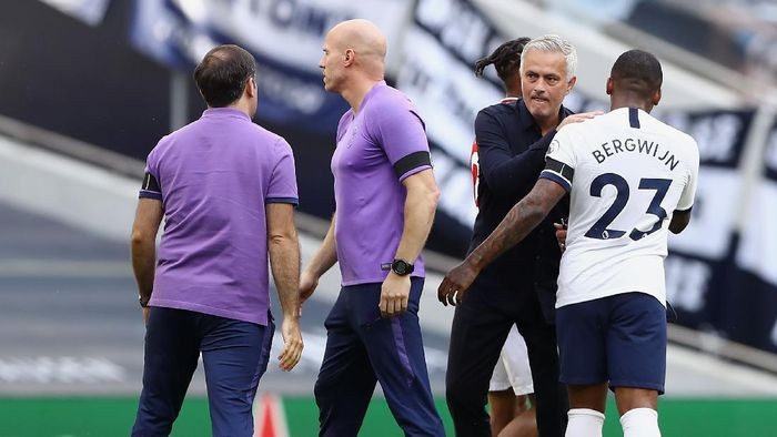 LONDON, ENGLAND - JULY 12: Jose Mourinho, Manager of Tottenham Hotspur speaks with Steven Bergwijn of Tottenham Hotspur after during the Premier League match between Tottenham Hotspur and Arsenal FC at Tottenham Hotspur Stadium on July 12, 2020 in London, England. Football Stadiums around Europe remain empty due to the Coronavirus Pandemic as Government social distancing laws prohibit fans inside venues resulting in all fixtures being played behind closed doors. (Photo by Tim Goode/Pool via Getty Images)