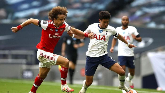LONDON, ENGLAND - JULY 12: David Luiz of Arsenal  battles for possession with  Heung-Min Son of Tottenham Hotspur  during the Premier League match between Tottenham Hotspur and Arsenal FC at Tottenham Hotspur Stadium on July 12, 2020 in London, England. Football Stadiums around Europe remain empty due to the Coronavirus Pandemic as Government social distancing laws prohibit fans inside venues resulting in all fixtures being played behind closed doors. (Photo by Tim Goode/Pool via Getty Images)