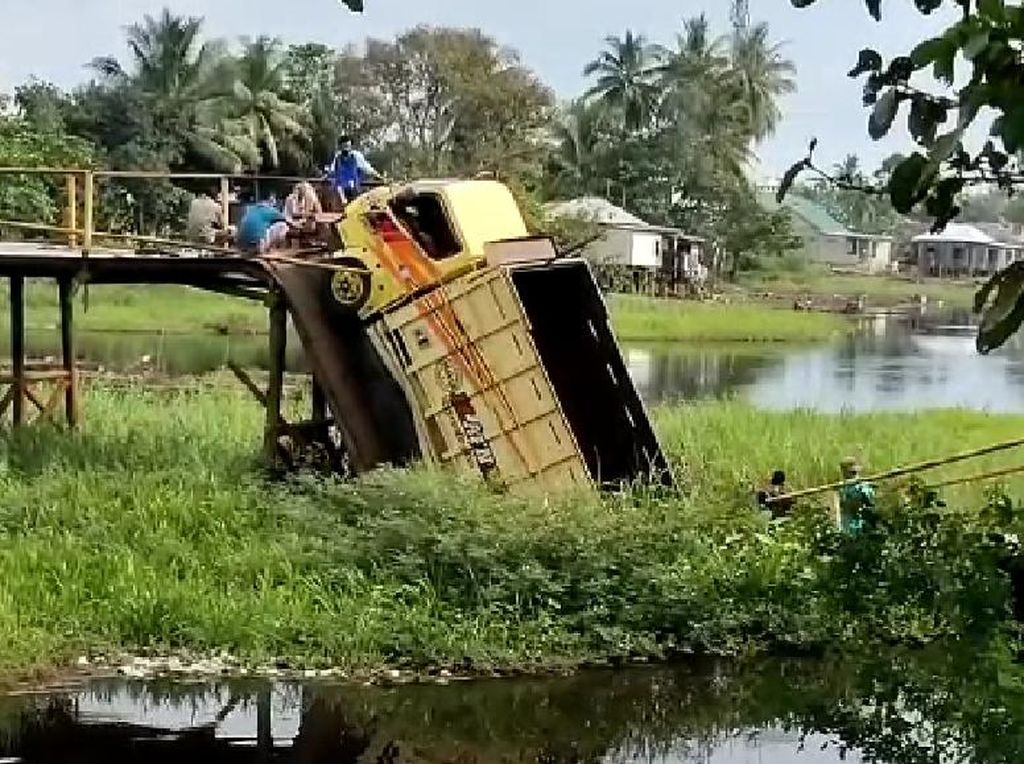 Jembatan Desa di Sumsel Putus, Truk Angkut Hasil Pertanian Terperosok