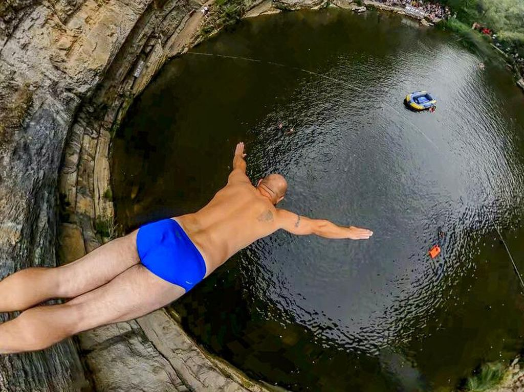Yuk, Ikutan Uji Nyali Lompat Air Terjun 17 Meter di Kosovo