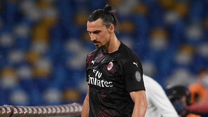 NAPLES, ITALY - JULY 12: Zlatan Ibrahimovic of AC Milan stands disappointed after substitution during the Serie A match between SSC Napoli and  AC Milan at Stadio San Paolo on July 12, 2020 in Naples, Italy. (Photo by Francesco Pecoraro/Getty Images)
