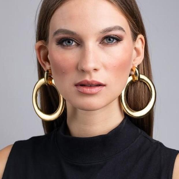 Jewelery yang sedang trend adalah berukuran tebal dan bundar.