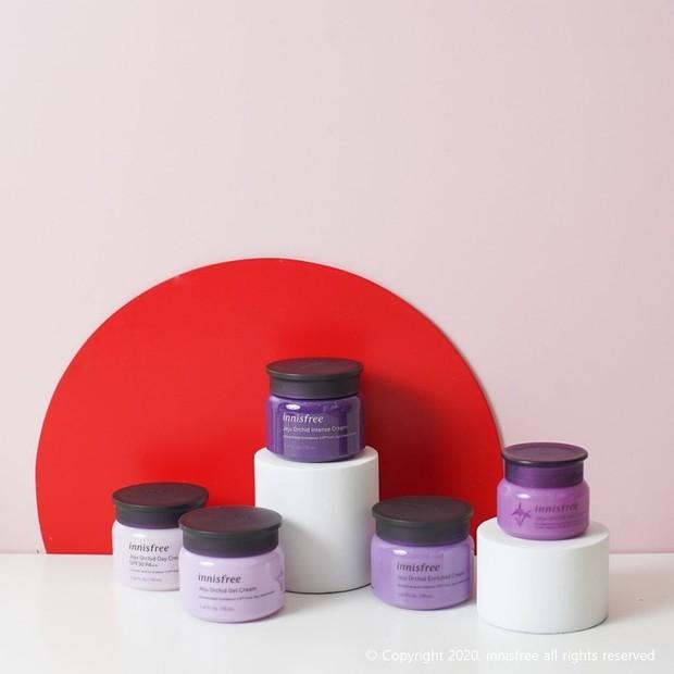 Innisfree Orchid Enriched Cream mampu memperlambat tanda-tanda penuaan yang muncul, menyamarkan garis halus, dan meningkatkan elastisitas.