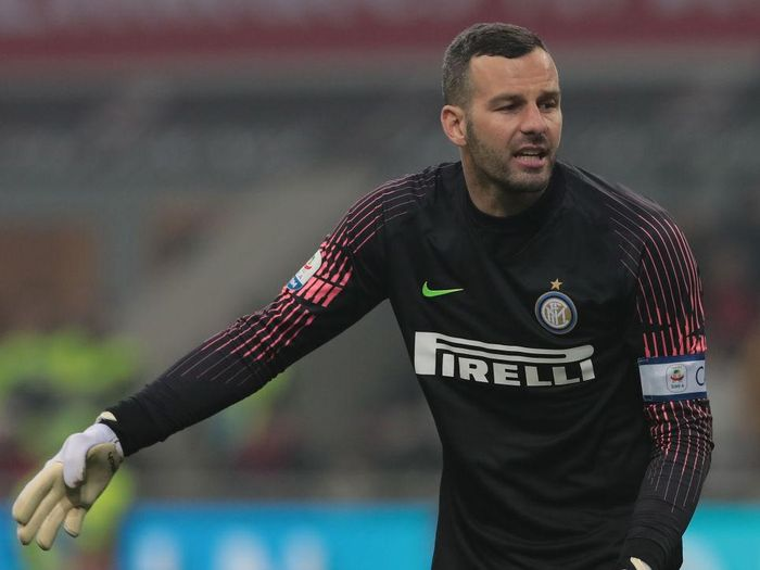MILAN, ITALY - MARCH 17:  Samir Handanovic of FC Internazionale in action during the Serie A match between AC Milan and FC Internazionale at Stadio Giuseppe Meazza on March 17, 2019 in Milan, Italy.  (Photo by Emilio Andreoli/Getty Images)