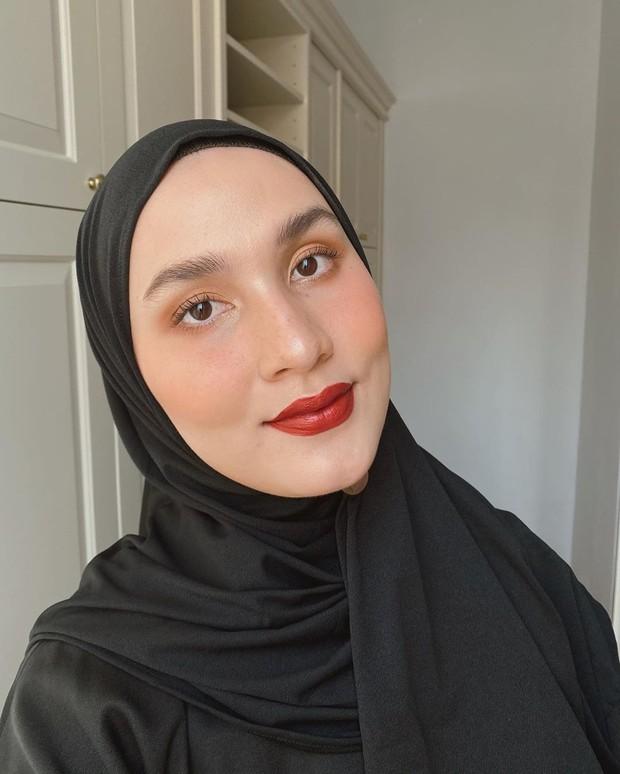 Makeup bold namun tetap simpel yang menjadi andalan Dwi Handayani
