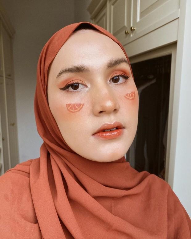makeup penuh kesegaran yang menonjolkan kesan buah jeruk
