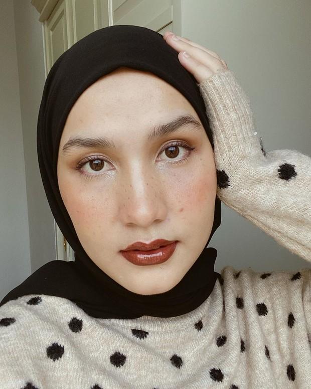 Tambahan aksen fake frackless membuat makeup simpel Dwi Handa begitu ciamik