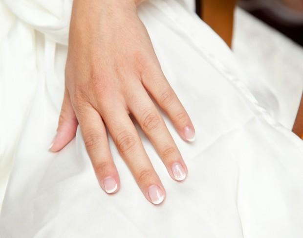 Merias kuku dan memasang nail art beberapa hari sebelum hari pernikahan bisa berisiko pada tampilan kuku yang tidak maksimal di hari H.