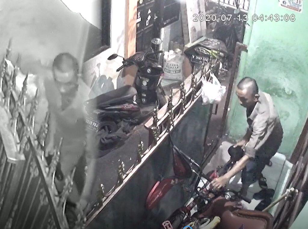 Video Aksi Santuy Maling Sepeda di Petamburan Terekam CCTV