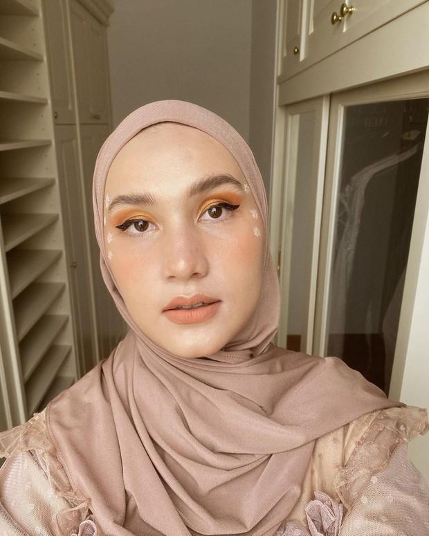 gaya makeup simpel dengan menonjolkan mata tegas cat eye