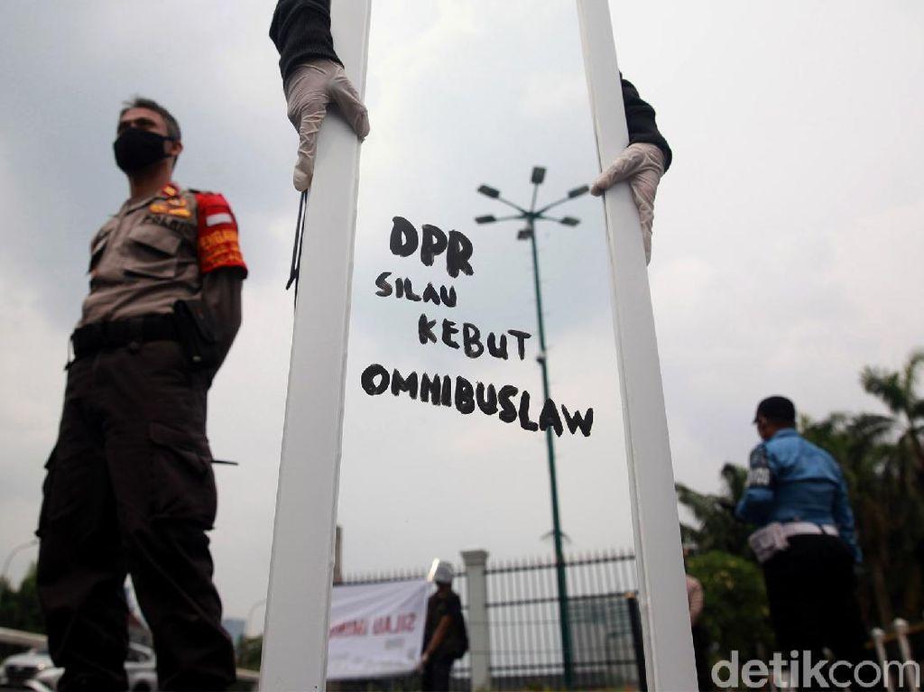 Cermin untuk DPR di Demo Tolak Omnibus Law