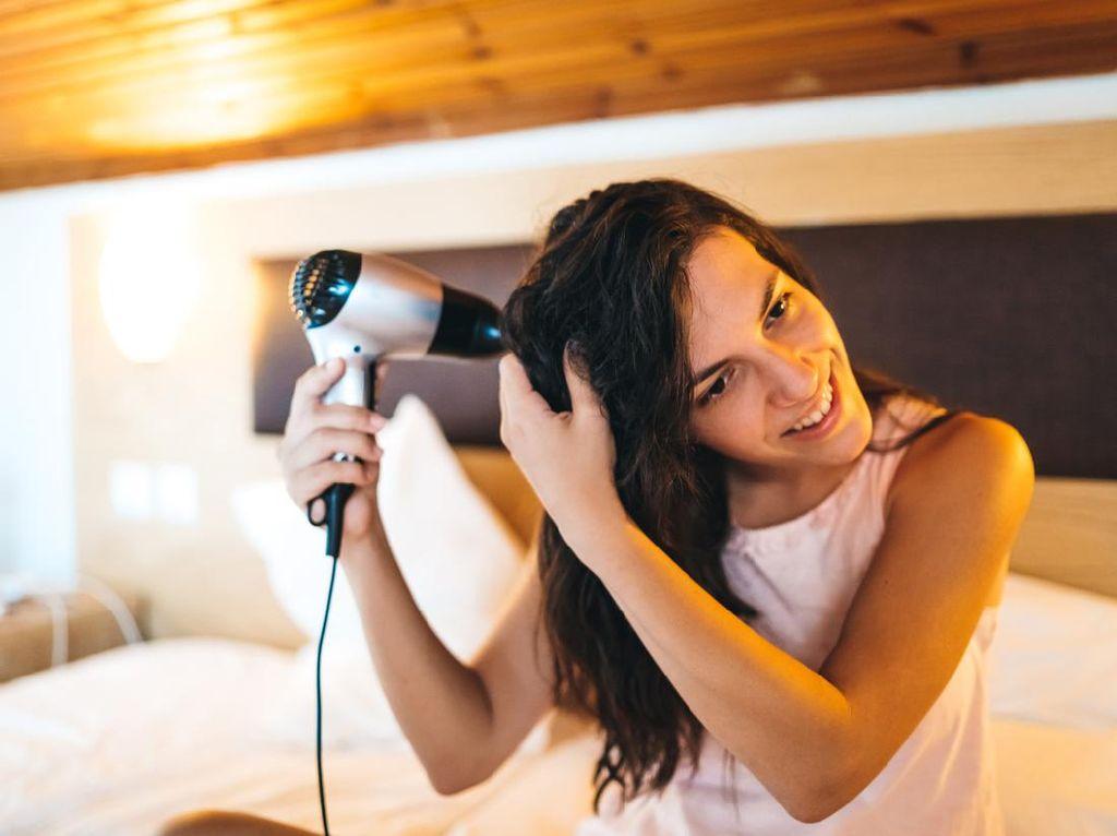 3 Risiko Tidur dengan Rambut Masih Basah
