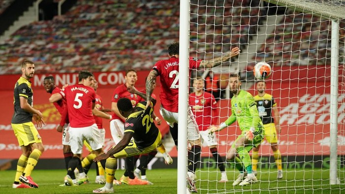 MANCHESTER, ENGLAND - JULY 13: Michael Obafemi of Southampton scores his teams second goal past Victor Lindelof of Manchester United during the Premier League match between Manchester United and Southampton FC at Old Trafford on July 13, 2020 in Manchester, England. Football Stadiums around Europe remain empty due to the Coronavirus Pandemic as Government social distancing laws prohibit fans inside venues resulting in all fixtures being played behind closed doors. (Photo by Dave Thompson/Pool via Getty Images)