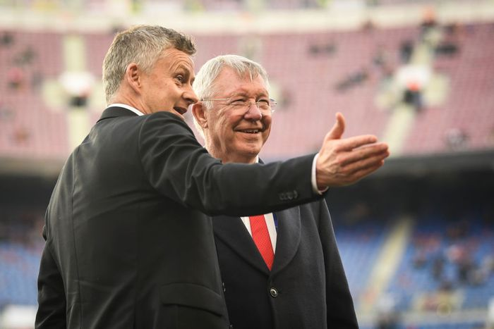 BARCELONA, SPAIN - APRIL 16: Sir Alex Ferguson speaks to Ole Gunnar Solskjaer, Manager of Manchester United on the pitch prior to the UEFA Champions League Quarter Final second leg match between FC Barcelona and Manchester United at Camp Nou on April 16, 2019 in Barcelona, Spain. (Photo by Michael Regan/Getty Images)