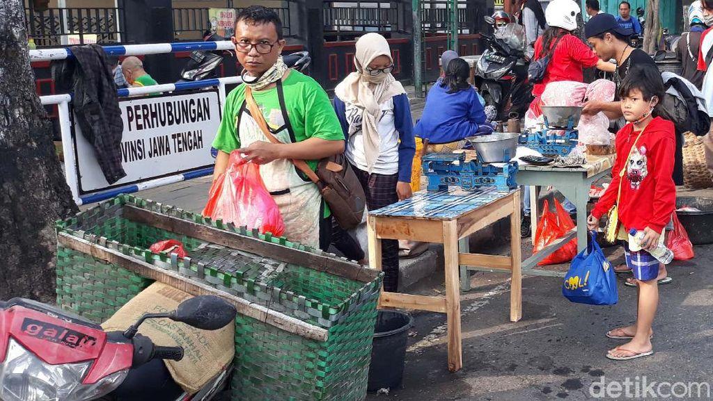 Pasar Ditutup, Pedagang Gelar Lapak di Pinggir Jalan