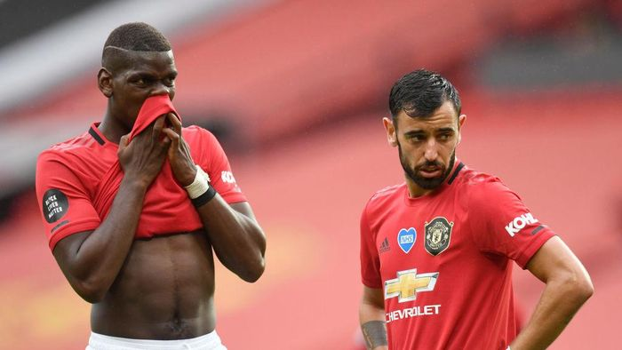 MANCHESTER, ENGLAND - JULY 04: Paul Pogba and Bruno Fernandes of Manchester United speak during the Premier League match between Manchester United and AFC Bournemouth  at Old Trafford on July 04, 2020 in Manchester, England. Football Stadiums around Europe remain empty due to the Coronavirus Pandemic as Government social distancing laws prohibit fans inside venues resulting in all fixtures being played behind closed doors. (Photo by Peter Powell/Pool via Getty Images)
