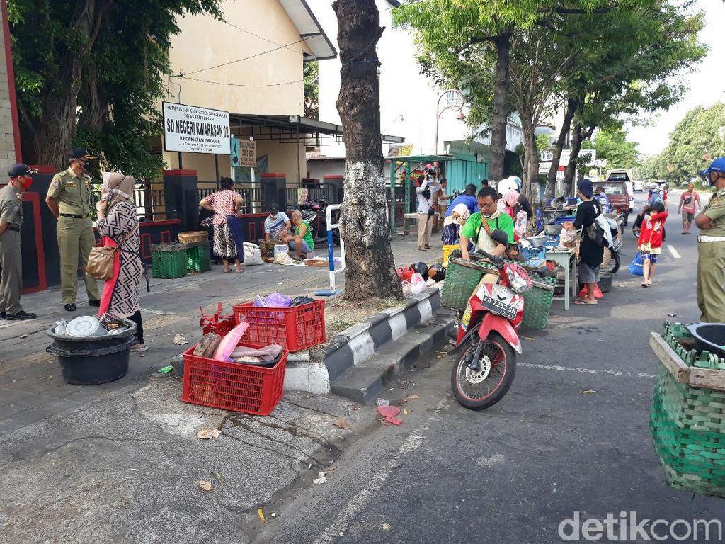 Pasar Harjodaksino Tutup, Pedagang Jualan di Tepi Jalan Solo-Sukoharjo