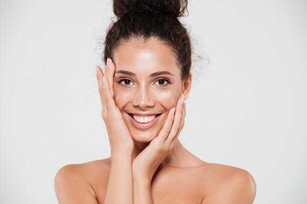 Gerakan pemakaian serum di area sekitar kening untuk merilekskan otot kulit wajah.