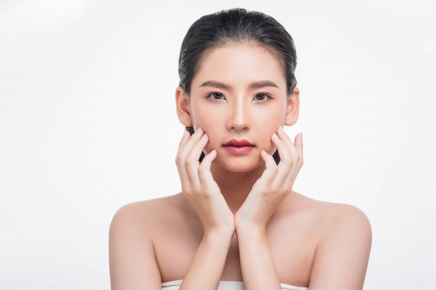 Gerakan pemakaian serum di sekitar hidung untuk merangsang pertumbuhan sel kulit baru.