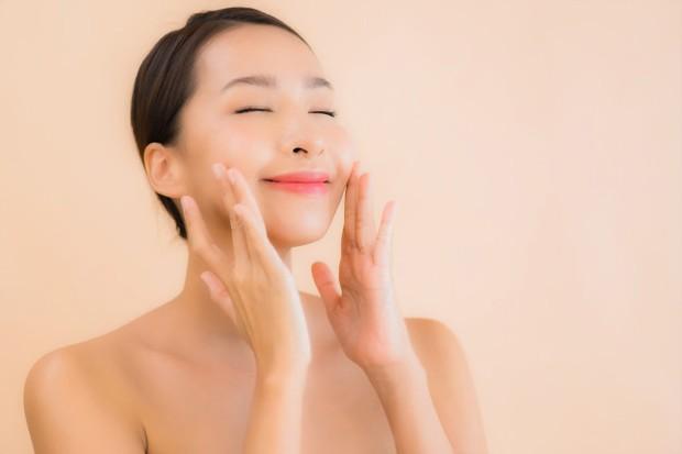 Gerakan pemakaian serum di area sekitar pipi berfungsi mencerahkan kulit wajah.
