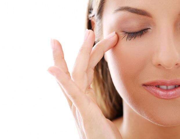 Gerakan pemakaian serum di area tulang pipi yang memberikan hasil kulit terasa kencang.