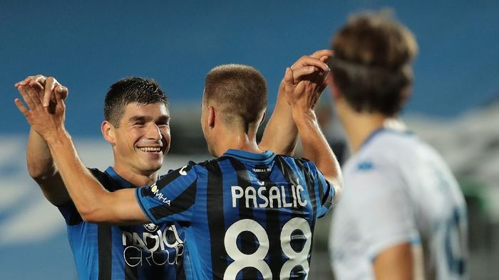 BERGAMO, ITALY - JULY 14:  Ruslan Malinovskyi of Atalanta BC celebrates his goal with his team-mate Mario Pasalic during the Serie A match between Atalanta BC and Brescia Calcio at Gewiss Stadium on July 14, 2020 in Bergamo, Italy.  (Photo by Emilio Andreoli/Getty Images)