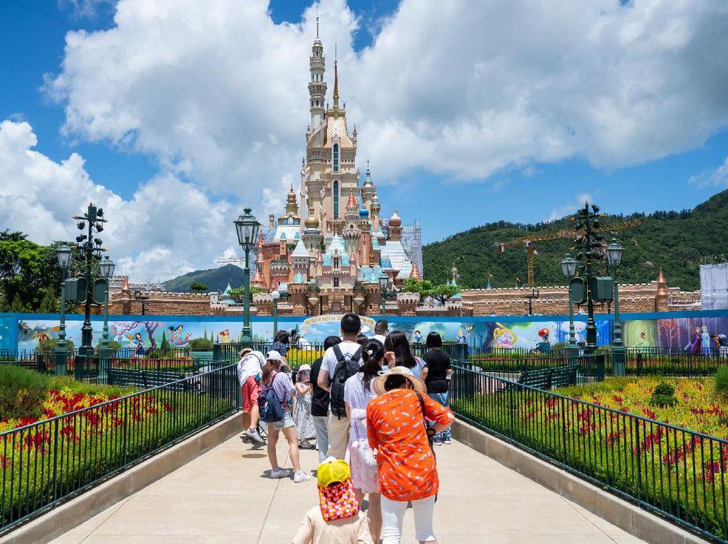 Hong Kong Longgarkan Social Distancing, Disneyland Buka Lagi?