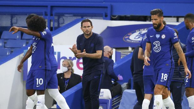 Chelsea's head coach Frank Lampard gestures to his players during the English Premier League soccer match between Chelsea and Norwich City at Stamford Bridge in London, England, Tuesday, July 14, 2020. (AP Photo/Julian Finney,Pool)