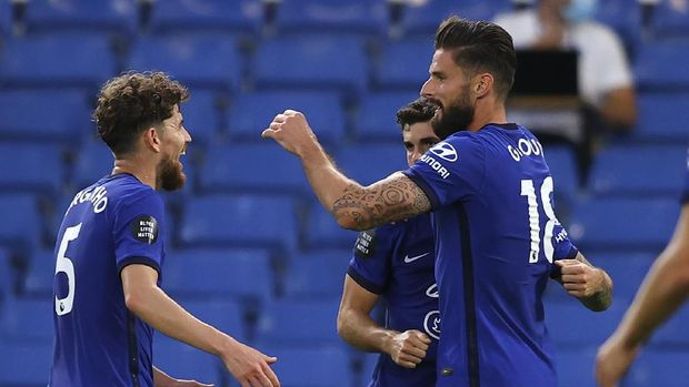 Chelsea's Olivier Giroud, right, is congratulated by teammates after scoring his team's first goal during the English Premier League soccer match between Chelsea and Norwich City at Stamford Bridge in London, England, Tuesday, July 14, 2020. (AP Photo/Richard Heathcote,Pool)