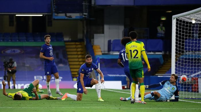 LONDON, ENGLAND - JULY 14: Olivier Giroud of Chelsea scores his sides first goal past Tim Krul of Norwich City during the Premier League match between Chelsea FC and Norwich City at Stamford Bridge on July 14, 2020 in London, England. Football Stadiums around Europe remain empty due to the Coronavirus Pandemic as Government social distancing laws prohibit fans inside venues resulting in all fixtures being played behind closed doors. (Photo by Richard Heathcote/Getty Images)