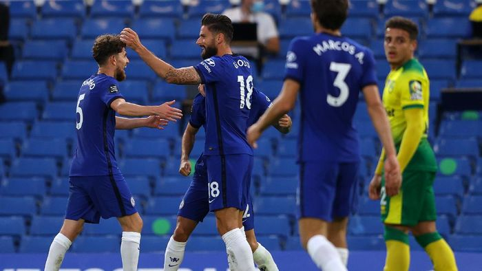 LONDON, ENGLAND - JULY 14: Olivier Giroud of Chelsea celebrates after scoring his sides first goal with Jorginho during the Premier League match between Chelsea FC and Norwich City at Stamford Bridge on July 14, 2020 in London, England. Football Stadiums around Europe remain empty due to the Coronavirus Pandemic as Government social distancing laws prohibit fans inside venues resulting in all fixtures being played behind closed doors. (Photo by Richard Heathcote/Getty Images)