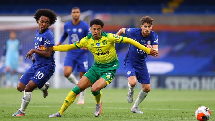 LONDON, ENGLAND - JULY 14: Willian of Chelsea tussles with Jamal Lewis of Norwich City during the Premier League match between Chelsea FC and Norwich City at Stamford Bridge on July 14, 2020 in London, England. Football Stadiums around Europe remain empty due to the Coronavirus Pandemic as Government social distancing laws prohibit fans inside venues resulting in all fixtures being played behind closed doors. (Photo by Julian Finney/Getty Images)