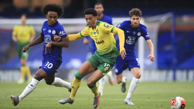 Norwich City's Jamal Lewis, centre, and Chelsea's Willian battle for the ball during the English Premier League soccer match between Chelsea and Norwich City at Stamford Bridge in London, England, Tuesday, July 14, 2020. (AP Photo/Adam Davy,Pool)