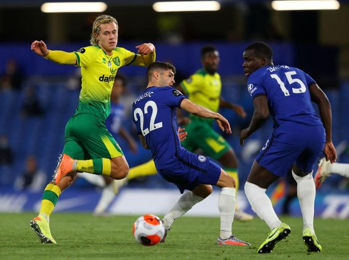 LONDON, ENGLAND - JULY 14: Todd Cantwell of Norwich City is challenged by Christian Pulisic and Kurt Zouma of Chelsea during the Premier League match between Chelsea FC and Norwich City at Stamford Bridge on July 14, 2020 in London, England. Football Stadiums around Europe remain empty due to the Coronavirus Pandemic as Government social distancing laws prohibit fans inside venues resulting in all fixtures being played behind closed doors. (Photo by Richard Heathcote/Getty Images)